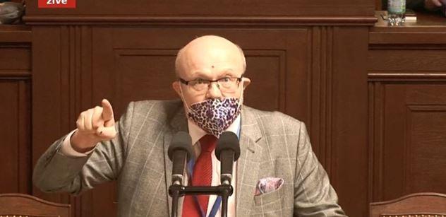 Primitiv Volný, hájí popírače koronaviru a vakcín! spustil profesor Válek. Slova o smrti. Sněmovna zažila další bombu