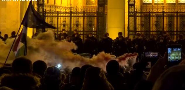 Maďarsko: My chceme mluvit v TV! žádala Orbánova opozice. Ochranka ji vynesla. FOTO+VIDEO