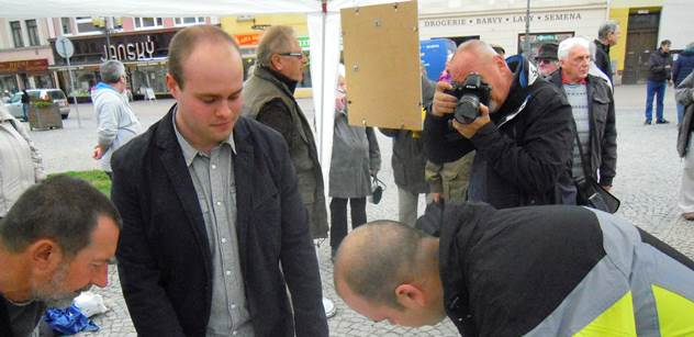 Občané ČR do žádného paktu nechtěli. Komunisté protestovali v místech, kde budou v neděli nocovat američtí vojáci