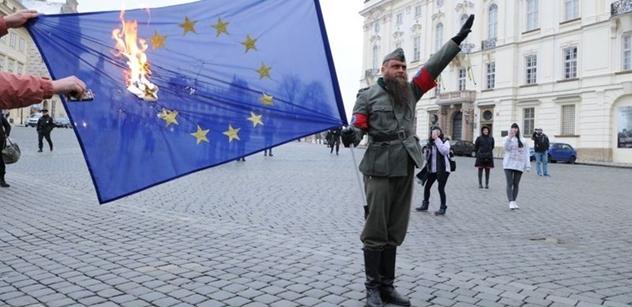 """Heil Mutti Merkel!"" a ""Allah Akbar, Hände hoch, das ist Befehl!"" Vlajka EU v plamenech. Před Hradem bylo dusno"