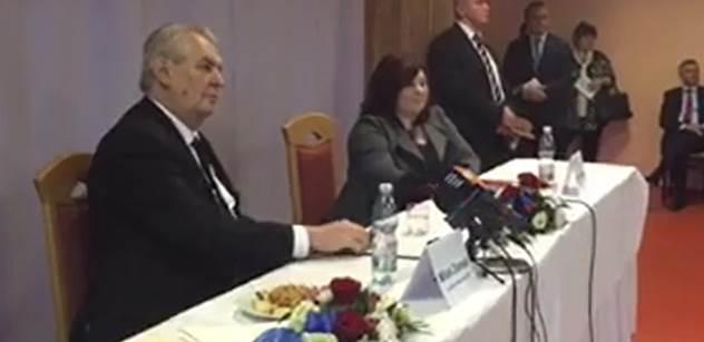Maskovaného disidenta Kalouska si nikdo nevšiml. A v Brně mají v kavárně blázna, co se jezdí bičovat na Ukrajinu. Prezident Zeman ve formě vtipkoval i o tom, jaký je narcis