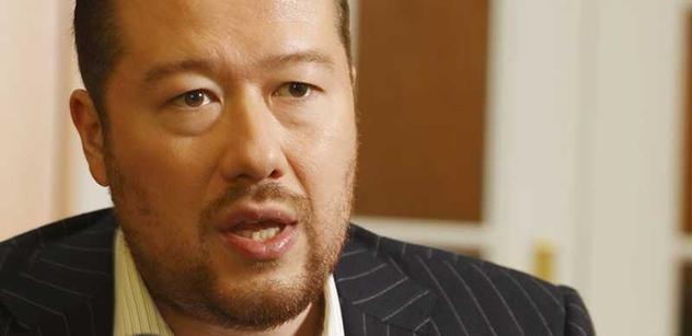 Okamura je jako z filmů o Homolkových. Komentátor doufá, že nebude zvolen