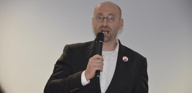 """Petr Hampl v akci: Sepsal text o """"podlidech"""" a odkázal na krvavé video, kde """"uprchlík"""" zabije dva Němce"""