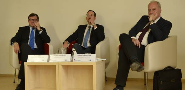 Z debaty dvou českých europoslanců: Kvóty a nová kategorie lidí v Evropě, úředník z Evropské komise, pozor na volně se pohybující migranty před vyhoštěním...