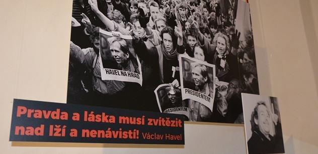 Výstava s Havlem vyvolává i agresi, za komunistů prý bylo líp. Estébáci se dnes nestydí, žasne průvodkyně. Ještě to nekončí, prorokuje přímý účastník