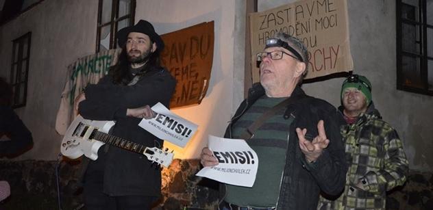 Hlavní je vydržet, aby nás měl Babiš pořád v zádech, bouřili se lidé na maličkatém protestu na Karlovarsku