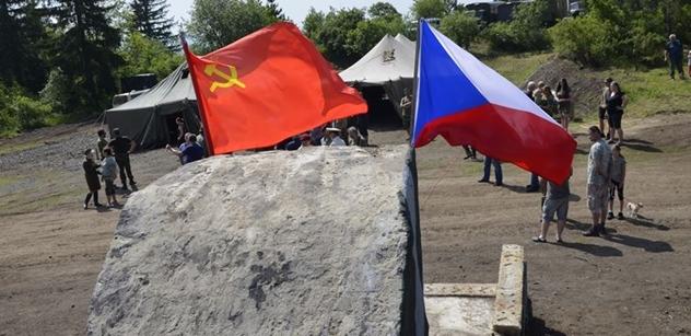"""VIDEO """"Dole na vás čeká smrt."""" Sovětská vlajka u zakázaného území, ruské diplomy a šrumec """"maskáčů"""" na Karlovarsku"""