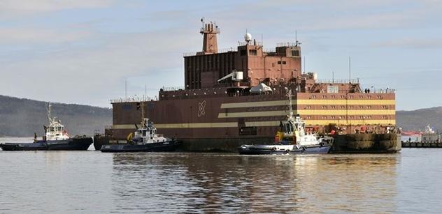První na světě plovoucí jaderná elektrárna Akademik Lomonosov vyrazila z Murmansku do Peveku