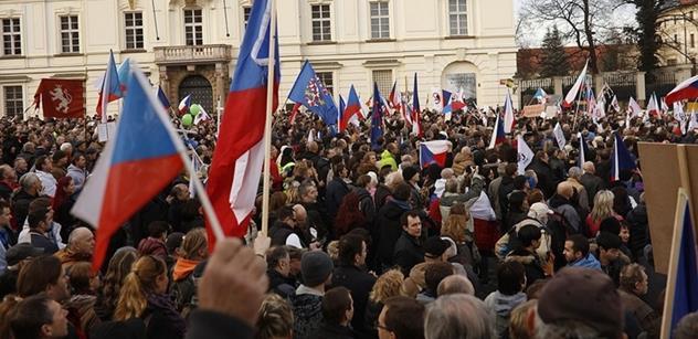 Přenosový vůž Českého rozhlasu během demonstrace napadli útočníci. A policie prý nereagovala