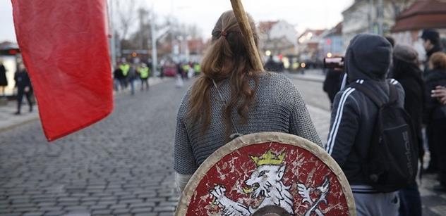 """""""Vypálení"""" Kliniky: Mladí umělci a učitelé občanské výchovy pozvedli hlas proti násilí v české společnosti"""