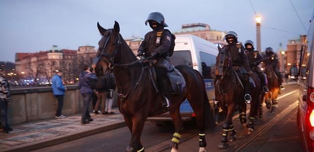 Internetem letí vtipné foto na téma údajné policejní provokace. Podívejte se i vy