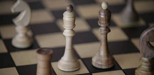 Lessy drží Kubiceho v šachu. Osvald zaručuje přežití VV na policii