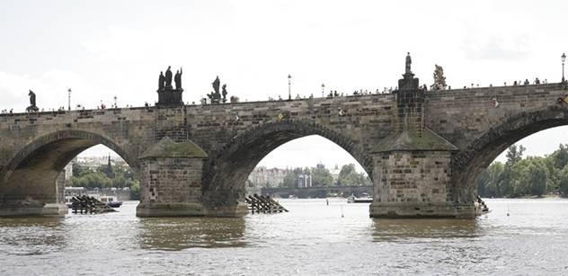 Tříkráloví otužilci na plavecké pouti do pražských benátek
