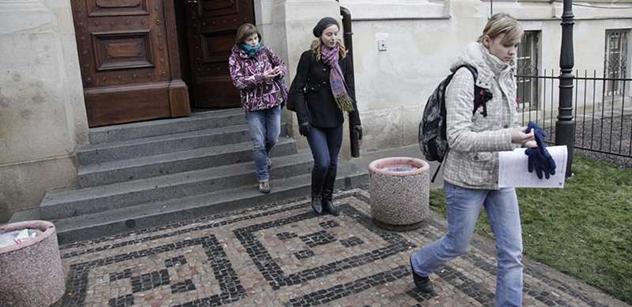 Poslanci chystají úlevu pro vysokoškolačky s dítětem: Možná nebudou muset platit za studium