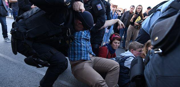 FOTO Dusno na pražské magistrále. Ekoaktivisté se váleli na silnici. Policie udeřila