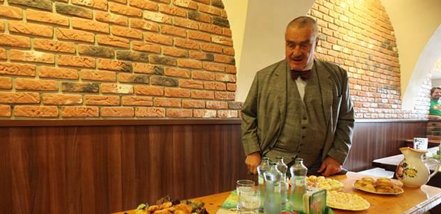 Kníže dělal kampaň na pivních slavnostech. Vyfotil se se studentkami, popil a pohovořil o rozumu lidí od Babiše