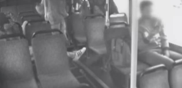 Pět Súdánců napadlo v Austrálii bezbranného, nemocného kluka. Vše je natočeno a vy to uvidíte. I reakci těch, co seděli a koukali, jak ho kopou do hlavy