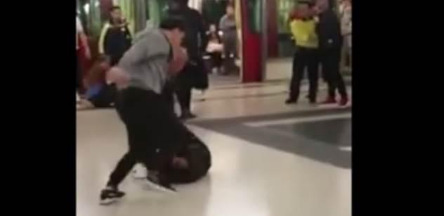 Údajní migranti dělali nepořádek v metru. Jenže jim nedošlo, že jsou v Hongkongu a místní se fakt nebojí bitky. VIDEO, které obletělo svět, znovu na scéně