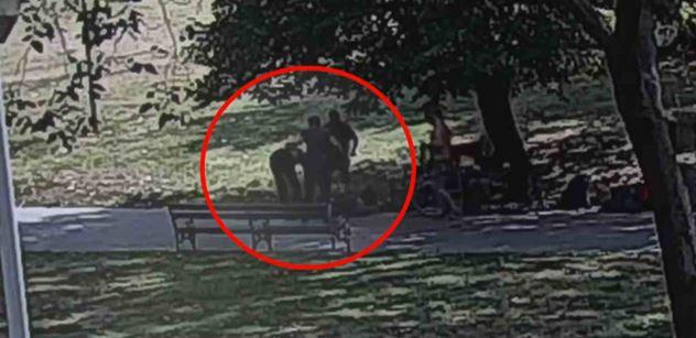 Drastické video z Prahy: Skopal člověka do bezvědomí. Ve všední den v poledne. Máme záznam. Agresorovi hrozí 10 let kriminálu, soud ho do vazby neposlal