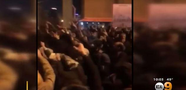 """VIDEO Protesty v Íránu. """"Ne abyste jim vypnuli internet,"""" využil to Trump"""