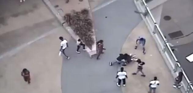 Velmi surové video: Černoši zbijí bělocha, který bezvládně leží na silnici. Pak přiskočí další, sundá mu kalhoty a začne…