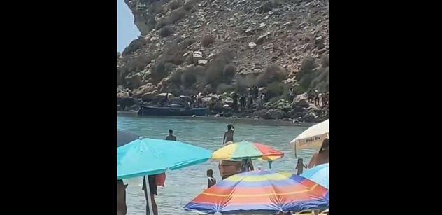 Veeeen, z vody veeeen! Další video s migranty nazdvihlo už i Francouze. Jeden reagoval obrázkem, za který by ho v USA ztrestali. A druhý něčím, za co by ho rovnou zavřeli