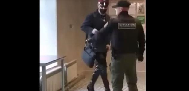 """""""Rusko není Amerika, ty kreténe!"""" Muž na podpatcích se ohnal po policistovi. Dopadl zle nedobře"""