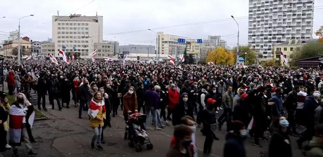 Bělorusové znovu vyrazili do ulic. Hrozí celonárodní stávkou