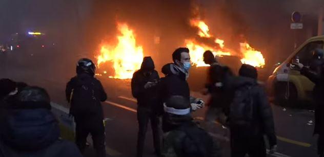 Demonstrace proti policejní brutalitě v Paříži se zvrtla. Létaly dlažební kostky, útočilo se na policisty