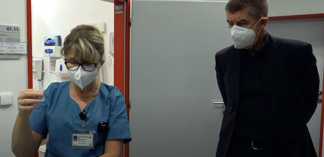 Premiér vypustil video. V hlavní roli jehla, vakcína a Angela Merkelová