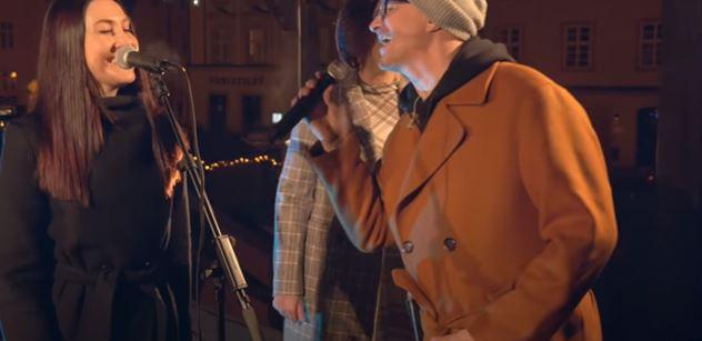 Horor kolem vánočních trhů v Chebu nebere konce. Máme video. Oni tam udělali koncert Petra Kotvalda, a ještě si to nahrávali