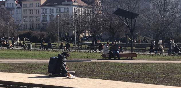 Sodoma Gomora. Nedělní Náměstí Jiřího z Poděbrad v Praze. A nejen tam