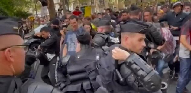 Vakcíny? Nikdy! Ve Francii vyšlo na 160 tisíc protestujících. Vodní děla, zatýkání, u toho kamery