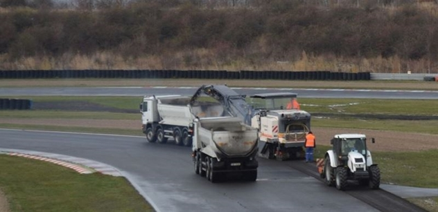 Mostecký okruh se uzavřel, začala výměna další části asfaltového povrchu