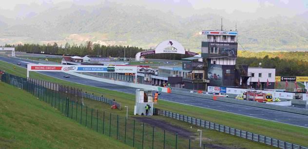 Kurzy bezpečné a sportovní jízdy se vrátily na polygon autodromu v Mostě