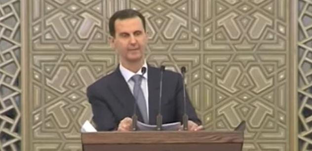 """VIDEO ,,Celý den jsem nejedl."""" Bašáru Asadovi se při projevu udělalo mdlo"""