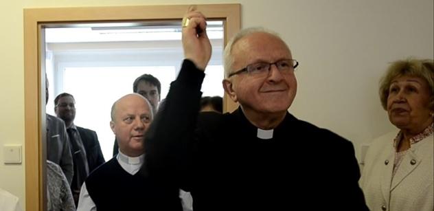 """Do města """"Snědé tísně"""" dorazil biskup. Lidé mají právo nepracovat, řekl při otevírání Charity"""
