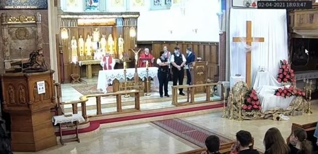 VIDEO Obušky u oltáře. Britové rozehnali polský kostel. Hrozili zatčením