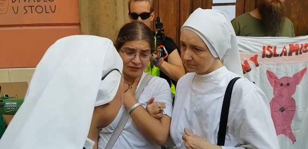VIDEO Věřící ženu sprostá divadelní hra v Brně rozplakala. Informace a materiály, které jinde neotisknou