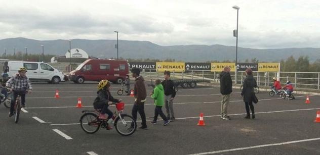 Chlapci a dívky z dětského domova si užili zábavu na autodromu