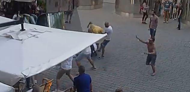 Útok cizinců na pražského číšníka byl pokusem vraždy. Pachatelům hrozí až 18 let