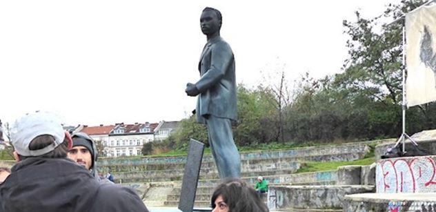 """Šok vBerlíně: """"I oni jsou lidi!"""" Černoch prodávající drogy má sochu vparku"""