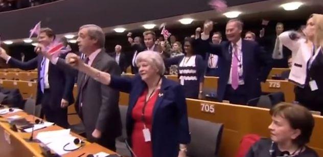 Dost. Pryč z EU! Po projevu Farage, do kterého mu skákali, bouchly saze zkušené Češce. Co se vlastně stalo?