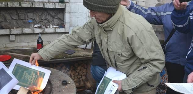 FOTO Hořel Korán, do toho kapal vepřový omastek. Na Hané se protestovalo proti zatčení Slovenky za hanobení islámu