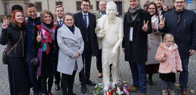 """""""To je krutý..."""" Havel má novou sochu. Štěstí, že ji neviděl? Je to sranda"""