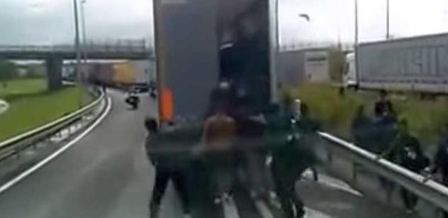 Tři černoši v kamionu. To není večerníček, ale pekelný zážitek českého řidiče. Víme o tom více, zde je FOTO a VIDEO
