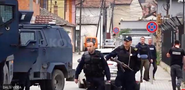 """VIDEO """"Svazují nás jako zvířata"""". Další albánské útoky v Kosovu. Demolují domy, střílejí nad hlavy. Srbská armáda připravena k boji"""