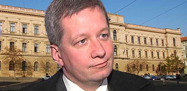 Ústavní právník: Žaloba na prezidenta pro velezradu by byla důvodná třeba u Háchy, který předal stát do rukou Hitlera. Z toho nemám u Zemana obavu, ten by zavelel do zbraně