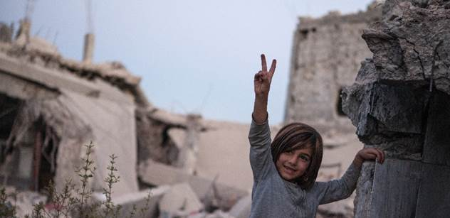 Je mi líto, že Babiš odmítá syrské sirotky a politika se plete do života dětí, říká žena zachráněná Wintonem