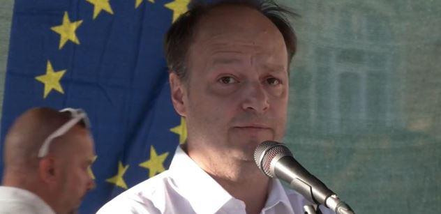 Láska: Zavřít ambasádu Ruska v Praze. Útočí přes ni na Německo